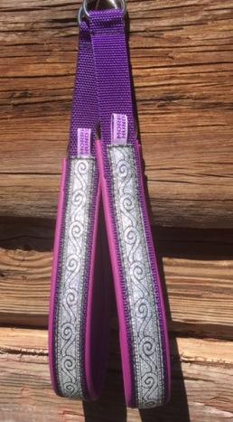 Lila skinn / svirvel silver, viking mönster. Totalbredd 3 cm