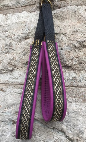 Lila skinn / Läcker Keltisk svart fläta på Guldbotten. Totalbredd 2,5 cm
