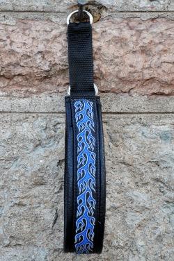 Svart skinn- Blå Eldsflammor ljusgrå kant på svart botten. Totalbredd 3,5 cm