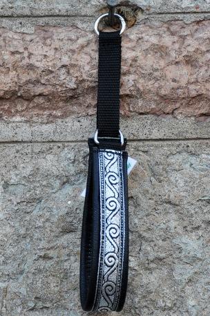 Svart skinn - Snyggt Silver svirvel band med svarttuch. Totalbredd 3 cm.