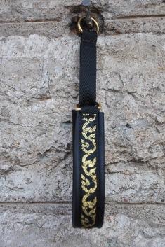 Blomranka smal Guld-svart. Bandets bredd 1,5 cm Totalbredd 2 cm.