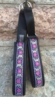 Svart skinn- Rosa/Lila ranka med silver inslag 112. Totalbredd 3 cm.