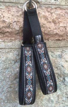 Svart skinn - blå/ brun / vit med silver inslag. 211 Totalbredd 3,5 cm