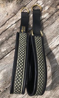 Keltisk fläta svart/guldbotten.Bandets bredd 2,5 cm. Totalbredd ca 3 cm.