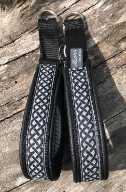 Keltisk fläta  svart/silverbotten. bandets bredd 2,5 cm.Total bredd 3 cm