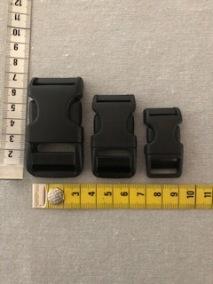 Vi har 3 olika storlekar av dessa ergonomiska spännen. Storlekar  är Stort 7 cm. Mellan 5,5 cm, Liten 4 cm.