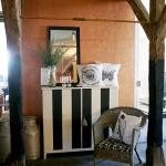 Randigt svart-vitt skåp Pris: 3495:-, Kulörer: Graphite och Original, B: 128 cmH:117 cmD: 42 cm