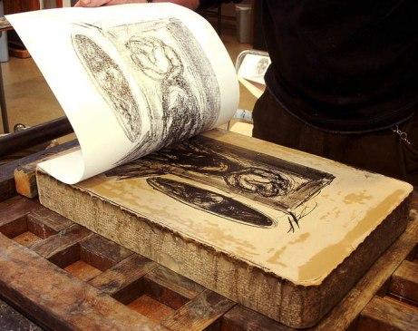 Bilden visar en litografi från stentryck. Tryckfärgen på stenen avbildas på det färdiga bladet.