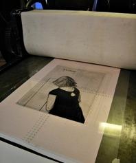 Plastplåten med originalbilden läggs i tryckpressen.