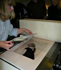 Det tunna pappret med bakgrunden justeras in med originalbilden.