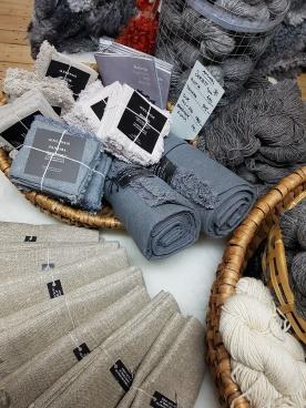 Det finns lite linne från Axlings att välja på. Kökshanddukar i säckväv, jättesköna! Servetter, dukar.