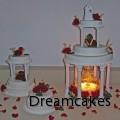 färska blommor på tårtan, bröllopstårta, blommor på bröllopstårta