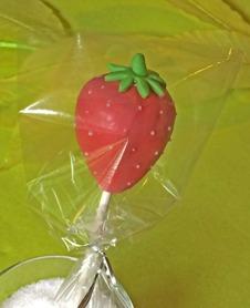 Cakepops formad som en jordgubbe