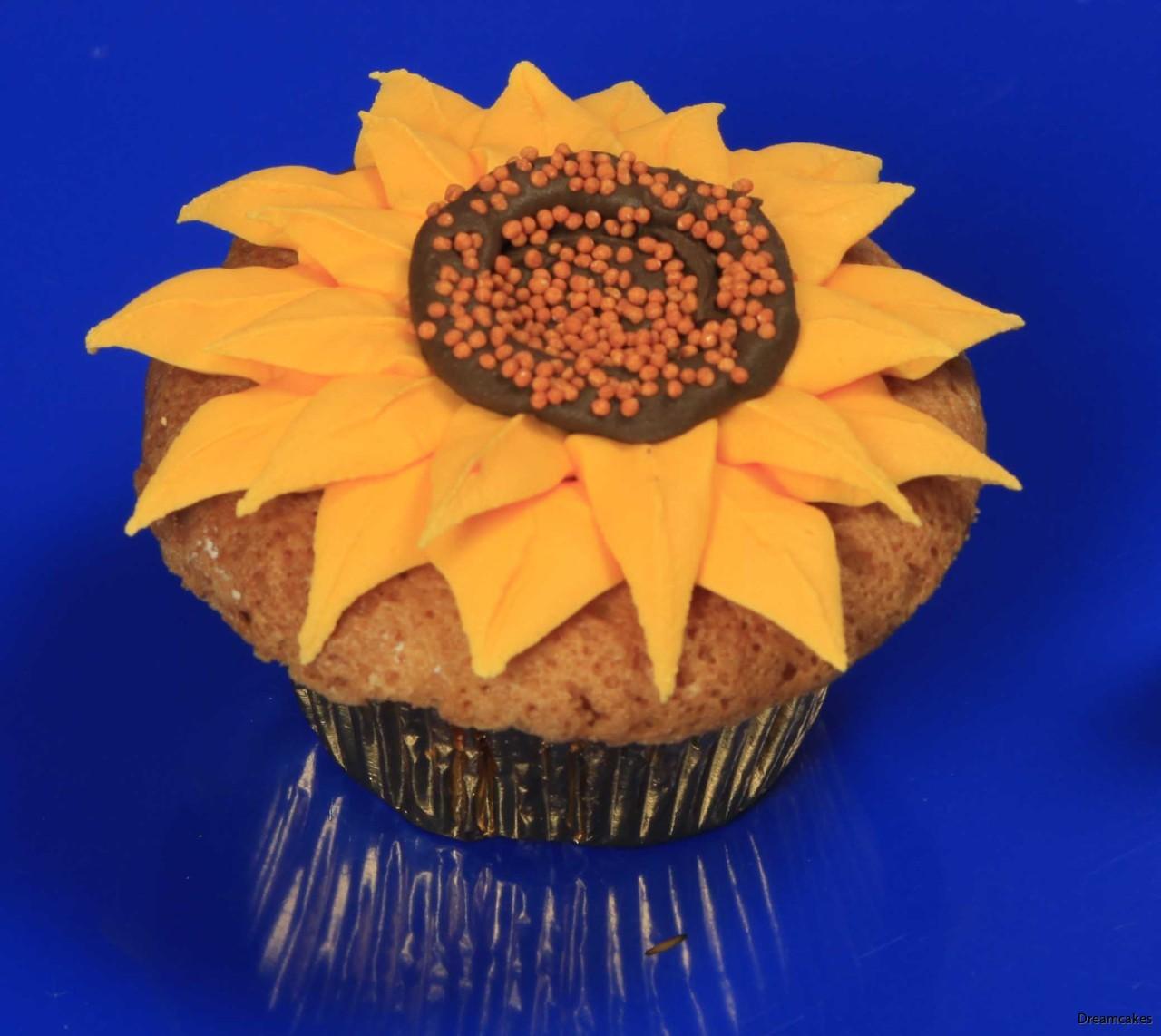 Så här spritsar du snyggt en solros på en cupcake/muffins