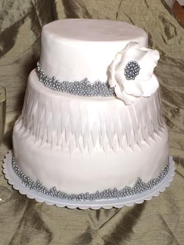 bröllopstårta, våningstårta, stacked cake,  tårta i vitt och silver