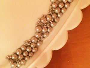 Pärlbård, bröllopstårta i vitt och silver, mjuka pärlor i silver,