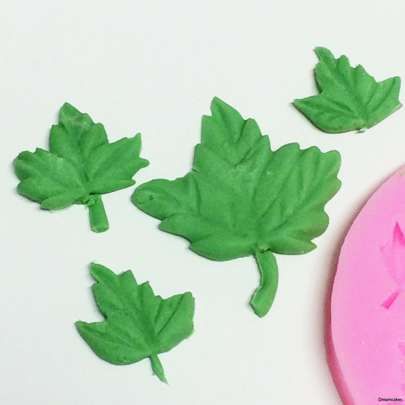 löv av marsipan, blad av sockerpasta, gjutform, gjuta löv, sugarpaste löv, löv till bröllopstårta,