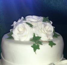 Så här gör du vackra rosor till tårtan. Av sockerpasta eller marsipan kan du göra dessa skira tårtrosor