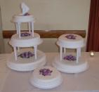 Tre tårtkonstalationer för stort bröllop med över 100 gäster. Spritsade rosor i rosa och lila.