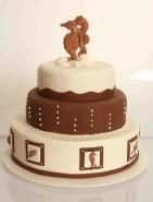 Bröllopstårta i 3 våningar med havstema. Bröllopstårtan är gjord av vit och mörk choklad.