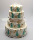 Vintrig bröllopstårta med snöflingor och gröna granar. Täckt med marsipan, dekor av flowerpaste.