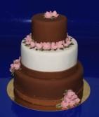 Bröllopstårta i mindre modell.  Klädd med choklad och extravit marsipan. Rosa Hortensia pryder tårtan.