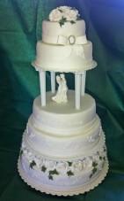 Bröllopstårta med marsipan och sockerpasta, helt i vitt med silverdetaljer och murgröna