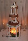 En chokladdröm med orcideér. Bröllopstårtan är täckt med vit, mjölk- och mörk choklad.