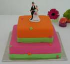 Färgstark bröllopstårta med små fjärilar. Romantik kombinerat med mycket färg!