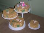 Kul bröllopstårta i bästa Mexicostil. Krossad digestivekex täcker tårtan som sand, dekor i sockerpasta.