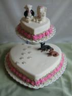 När hundarna vallar runt familjen, blir det en så här rolig bröllopstårta! Klädd i vit sockerpasta/fondant med spritsade rosor och figurer av modelleringspasta.
