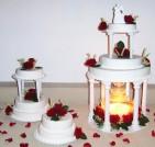 Bröllopstårta till stort bröllop i Skåne. Med röda rosor och ax, får tårtan ett lantligt men elegant utseende.