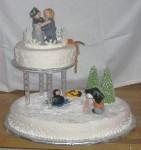 Fotograf, dykare, bergsklättrare och dansör i samma bröllopstårta! Modellerade figurer och spritsade dekorationer av kristyr dekorerar denna vinterbröllopstårta.