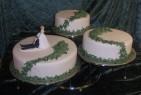 Murgröna slingrar sig över bröllopstårtorna. Grönt och vitt i vacker kombination.
