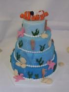 Underbar bröllopstårta med nemo-tårta. Paret är dykare och frieriet skedde under vattenytan.