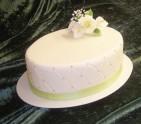 Enkel bröllopstårta till det lilla bröllopet. Diamantmönster med pärlor på sidan, kallabukett på toppen.