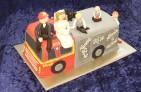 Personlig bröllopstårta i form av brandbil. Modellerad familj i socker.