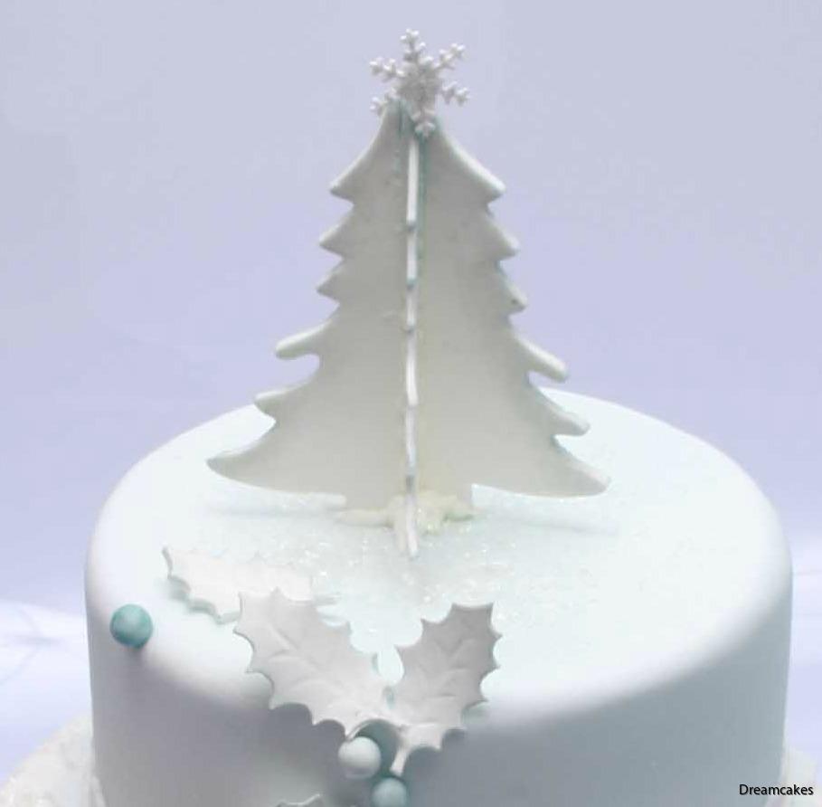 Julgran som tårtderkoration, jultårta, grantårta, elegant tårta i vitt och blått