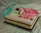 """Söt doptårta i bästa """"prinsessan på ärten""""-stil. Modellerad baby av socker."""