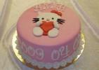 Enkel doptårta i rosa marsipan med Hello Kitty-motiv.
