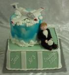 Studenttårta med glidflyg-tema. Flygplanet är gjort av flowerpaste, figur modellerad av socker och tårta klädd i sockerpasta, sprayad med blå sprayfärg.