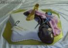 Detaljrik studenttårta för textilstudenten. Ätbar sko och sydetaljer av socker.