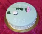 Enkel och stilren studenttårta med ätbar ros och studentmössa. Sprisad kristyr på sidorna av tårtan.