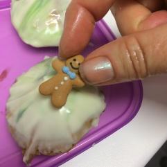 Pepparkaksfigur på biskvi med mönstrad choklad.