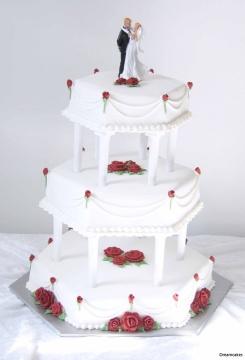 Spritsad tårta i tre våningar med spritsade rosor och rosknoppar samt stringwork.
