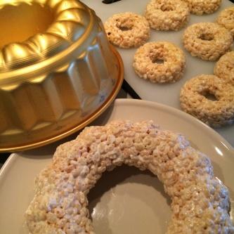 Goda ricecrispytreats kan användas både som kakor och som stomme för byggnad av stora tårtdekorationer