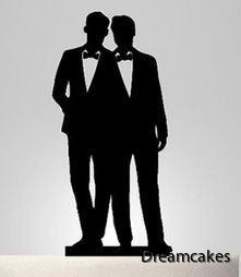 brudpar till bröllopstårtan med två killar i kostym