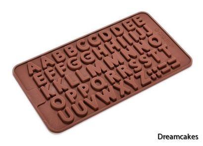 Gjut egna bokstäver av choklad till din tårta eller muffins