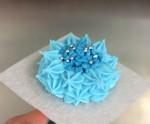 En spritsad blåklint färdig för midsommartårtan