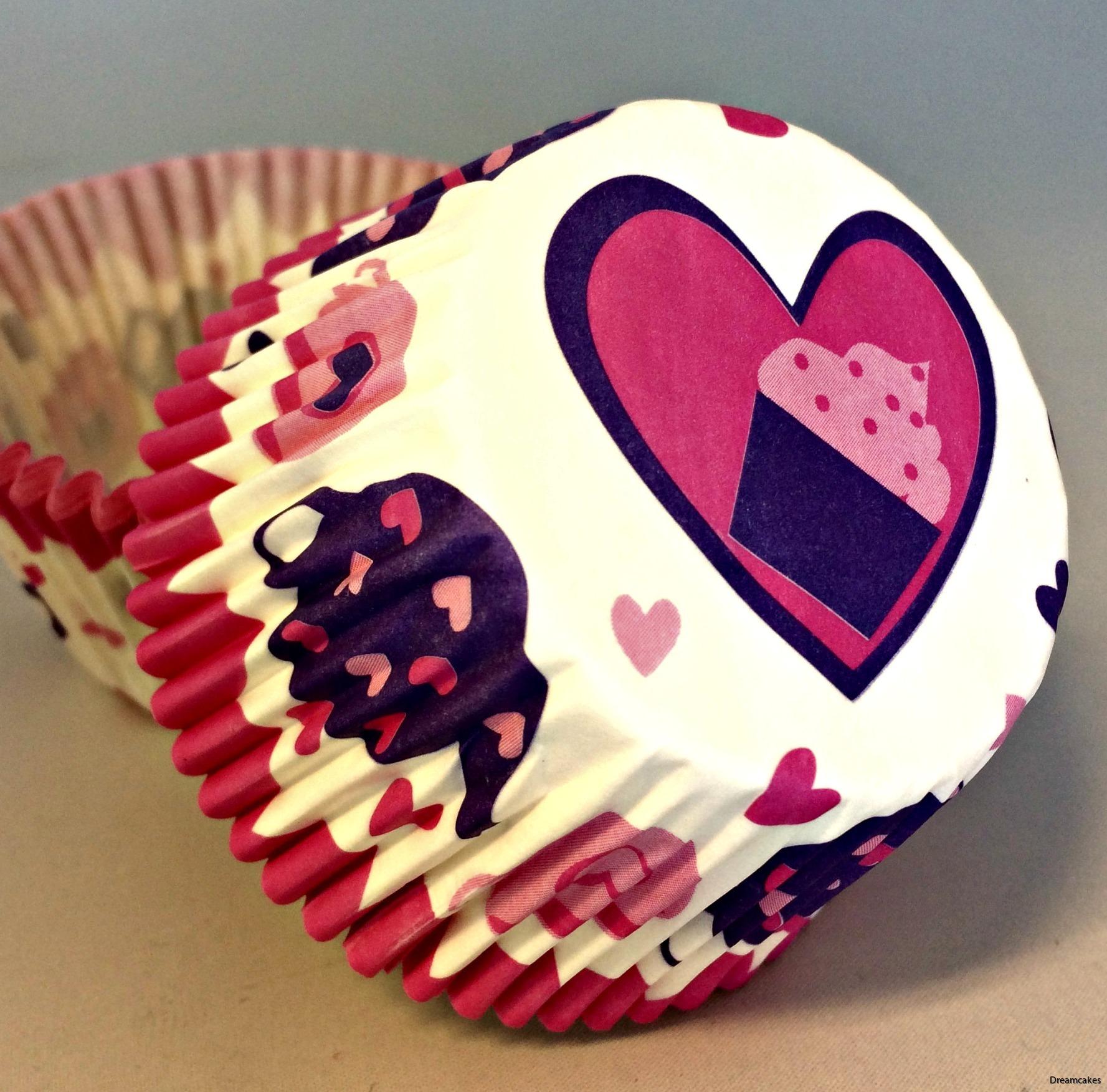 Muffinsform med tekanna, tekopp och cupcakes i hjärta